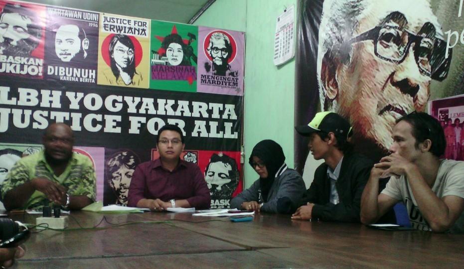 Uncle Fathur saat jumpa pers di LBH Yogyakarta. Source: kabarkota.com