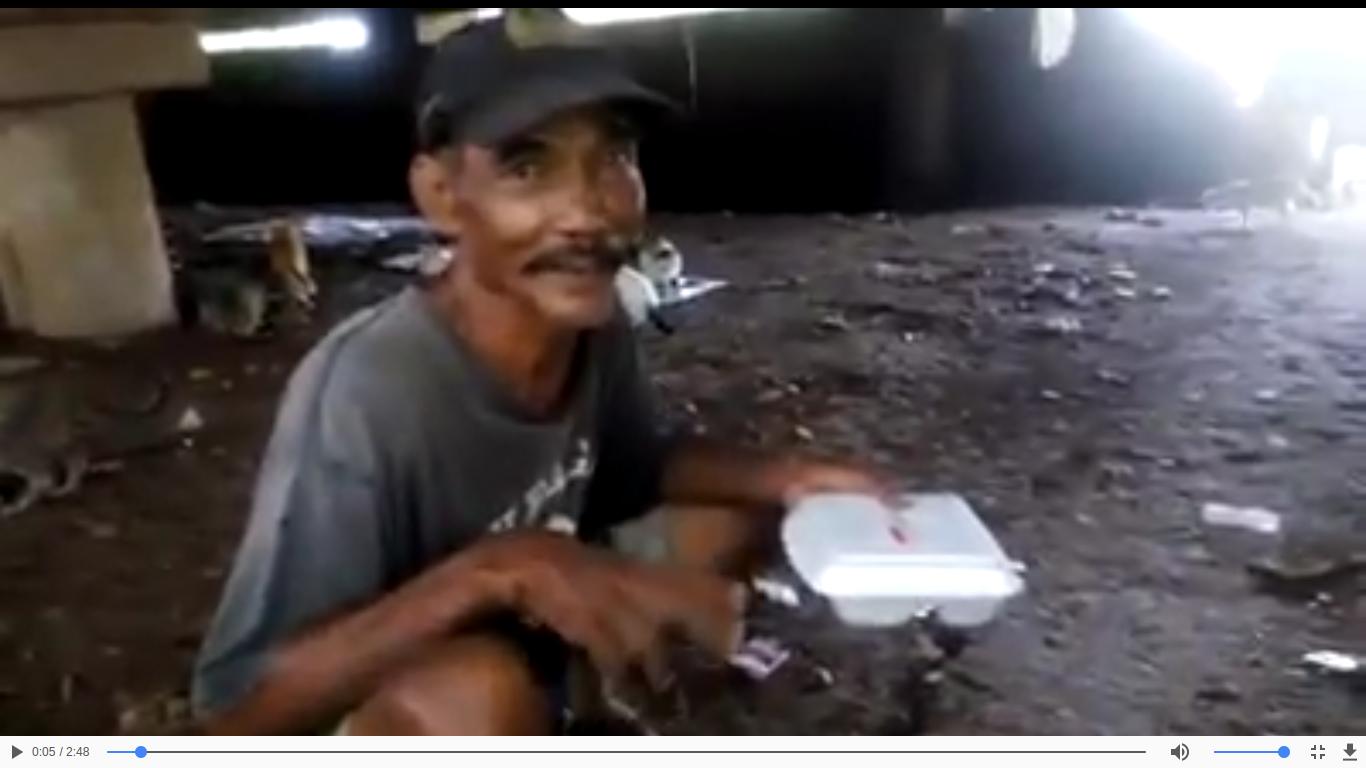 Pak ahmad, kakek pemulung yang memberi makan 47 ekor kucing liar.