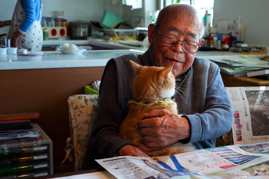 Kinako menawarkan persahabatan pada kakek Jiji.