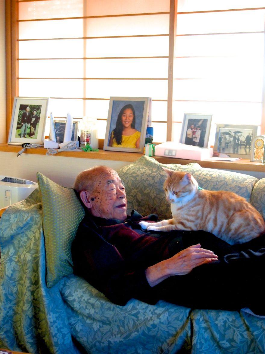 jiji6 - Kakek ini Dikenal Pemarah, Sampai Suatu Hari Kucing Datang dan Mengubah Hidupnya