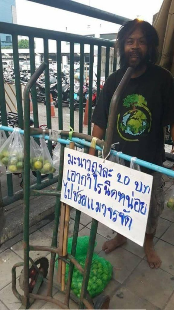 loong dum 576x1024 - Tunawisma ini Jualan Jeruk untuk Memberi Makan Kucing Jalanan