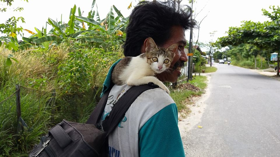 pak ijal3 - Sempat Dikira Gila, Kisah Bapak ini dan Kucingnya Membuat Haru Banyak Orang