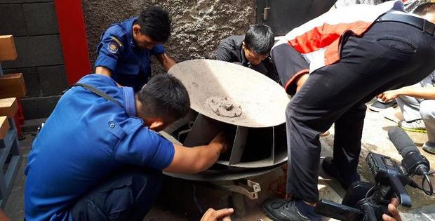 Aksi petugas pemadam kebakaran Jakarta Pusat menyelamatkan seekor anak kucing yang terjebak didalam blower AC.