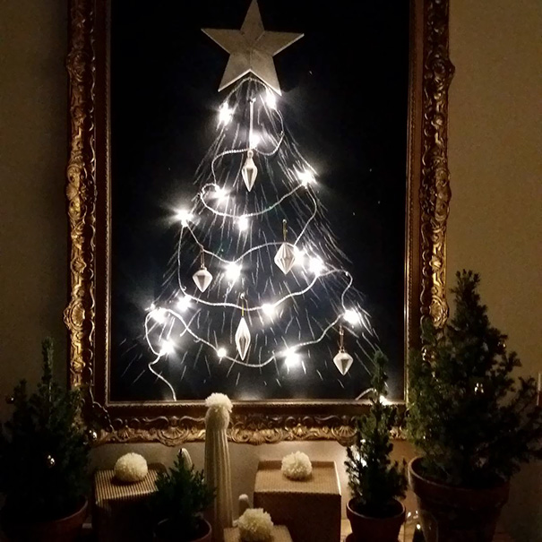 protect chrismas tree10 - 11 Cara Jenius Melindungi Pohon Natal dari Gangguan Kucing dan Anjing Usil. Dijamin Aman