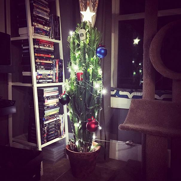 protect chrismas tree7 - 11 Cara Jenius Melindungi Pohon Natal dari Gangguan Kucing dan Anjing Usil. Dijamin Aman