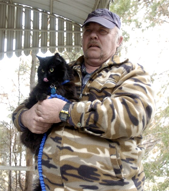 Schnautzie yang saat itu masih berusia kitten menyelamatkan pemiliknya saat terjadi kebocoran gas.